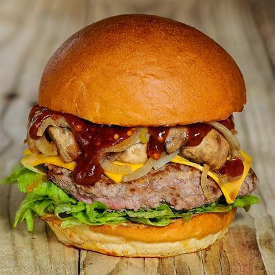 фото бургер с луком, грибами и соусом BBQ